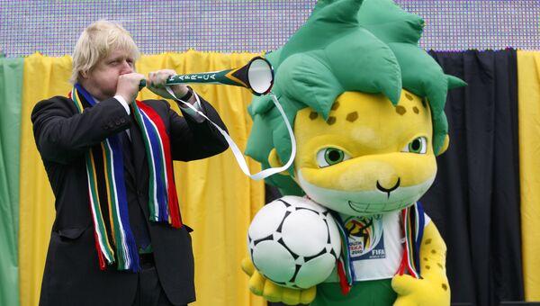 Борис Джонсон с талисманом Кубка мира по футболу в Африке, 11 июня 2010