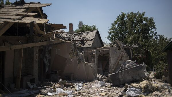 Разрушенный дом после ночного обстрела в районе Донецкой области. Архивное фото