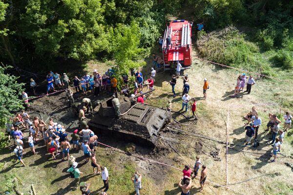 Операция по подъему танка Т-34 времен ВОВ со дна Дона в Воронежской области