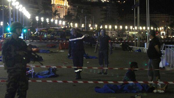 Полиция, скорая помощь и спасатели на месте теракта в Ницце