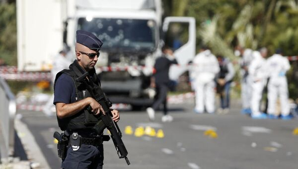 Французский полицейский на месте теракта в Ницце