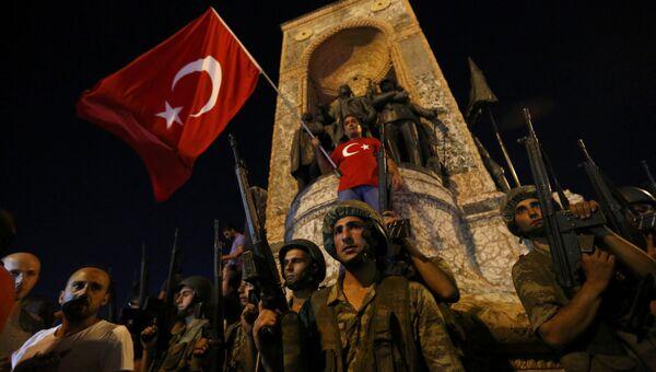 Военные на площади Таксим в Стамбуле. 16 июля 2016