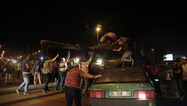 Люди пытаются остановить танк на улице Стамбула. 16 июля 2016