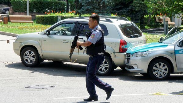 Сотрудник полиции на улице Алма-Аты, Казахстан. 18 июля 2016