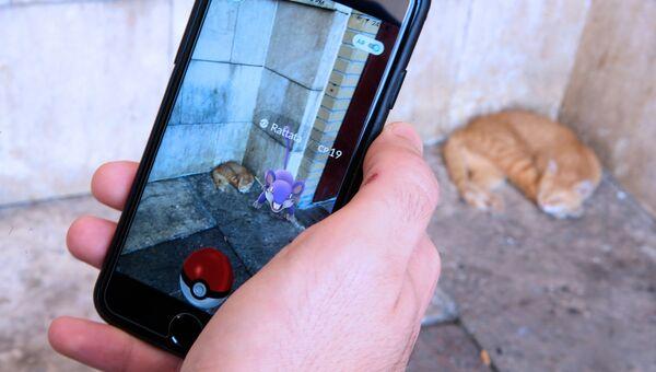 Игра Pokemon Go на экране мобильного телефона. Архивное фото