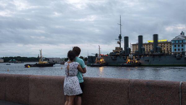 Корабль-музей крейсер первого ранга Аврора прибыл на постоянную стоянку у Петроградской набережной