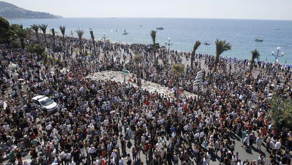 Минута молчания на Английской набережной Ниццы. Архивное фото