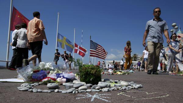 Люди перед началом минуты молчания по жертвам теракта в Ницце