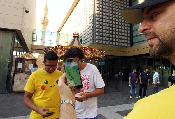 Игроки в Pokemon Go на улице Бейрута, Ливан