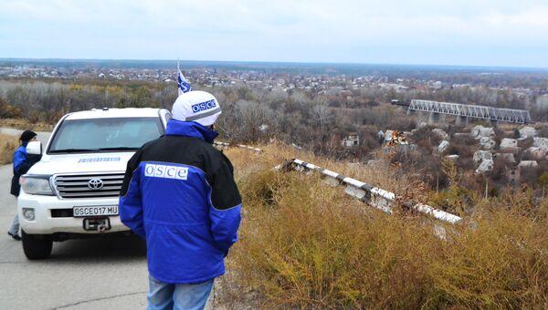 Представители ОБСЕ в населенном пункте Станица Луганская на линии разграничения с самопровозглашенной Луганской народной республикой. Архивное фото