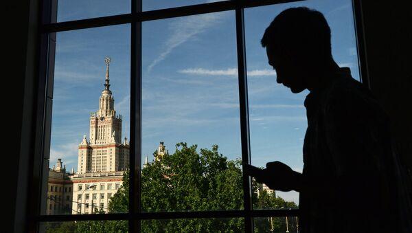 Вид на здание Московского государственного университета имени М.В. Ломоносова из ломоносовского корпуса. Архивное фото