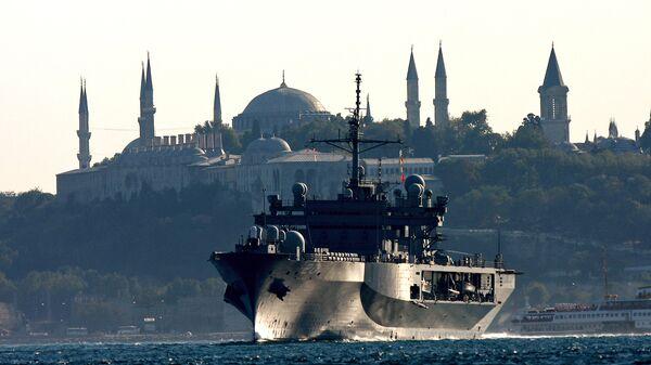 Флагманский корабль 6-го флота США USS Mount Whitney в проливе Босфор. 2008 год