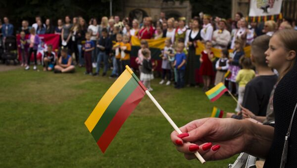 Мигранты из Литвы во время национального праздника в Питерборо, Великобритания. Архивное фото