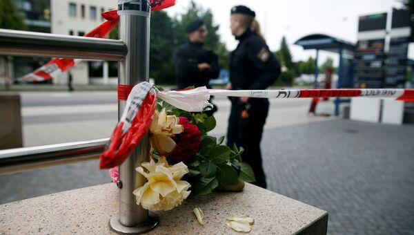 Цветы у места трагедии в Мюнхене, 23 июля 2016 года