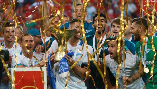 Игроки Зенита с Суперкубком России по футболу