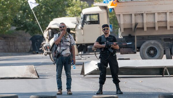 Члены группы Сасна црер на территории захваченного полка патрульно постовой службы полиции района Эребуни в Ереване. Архивное фото