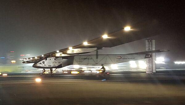 Самолет на солнечный батареях Solar Impulse 2 совершает посадку в аэропорту Абу-Даби, ОАЭ. 26 июля 2016