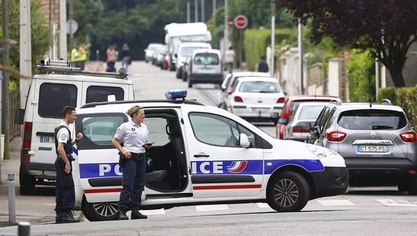 Сотрудники полиции на месте захвата заложников в Сент-Этьен-дю-Рувр, Франция. 26 июля 2016