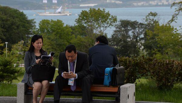 Участники Восточного экономического форума отдыхают в парке на набережной бухты Аякс. Архивное фото