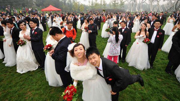 Массовая свадьба на Национальном стадионе в Пекине