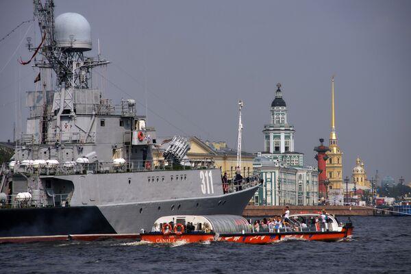 Малый противолодочный корабль Казанец в акватории реки Невы