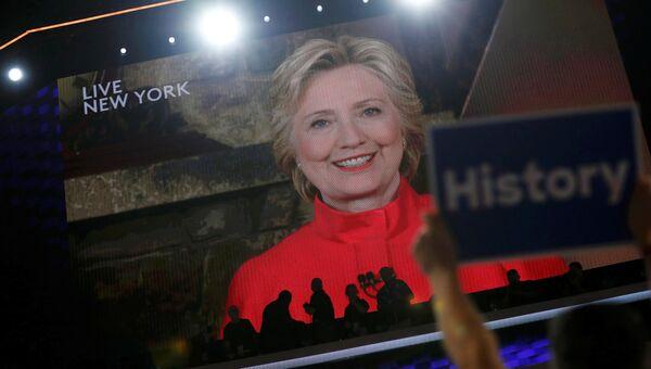 Кандидат в президенты США Хиллари Клинтон во время обращения к съезду Демократической партии по видеосвязи. 26 июля 2016