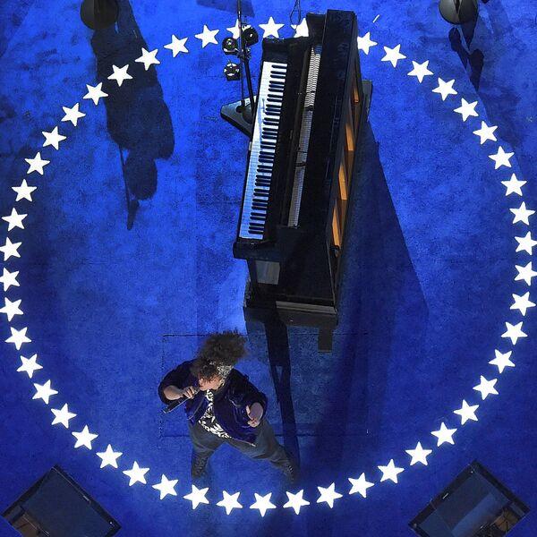 Певица Алиша Кис выступает во время общенационального съезда Демократической партии в Филадельфии