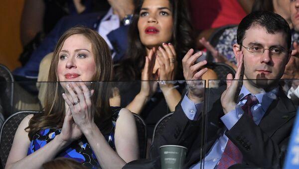 Челси Клинтон со своим мужем Марком Мезвински на общенациональном съезде Демократической партии в Филадельфии