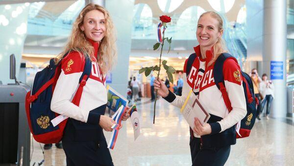 Члены олимпийской сборной России по синхронному плаванию Светлана Ромашина и Наталья Ищенко во время проводов олимпийской сборной России в Рио-де-Жанейро