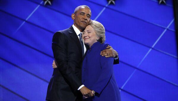 Президент США Барак Обама и кандидат в президенты Хиллари Клинтон во время общенационального съезда Демократической партии в Филадельфии. 27 июля 2016