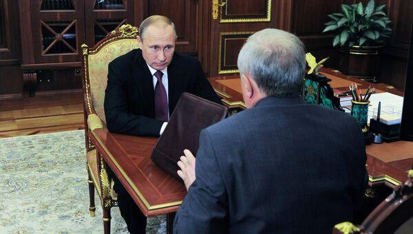 Президент России Владимир Путин и полпред в СЗФО Владимир Булавин во время встречи в Кремле. 27 июля 2016