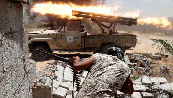 Боец сил, лояльных правительству нацсогласия в Ливии, во время боя с боевиками ИГ в Сирте