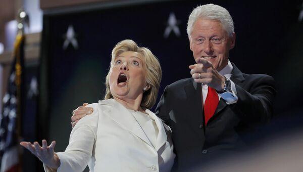 Кандидат в президенты США Хиллари Клинтон и ее супруг экс-президент Билл Клинтон на съезде Демократической партии в Филадельфии. 28 июля 2016