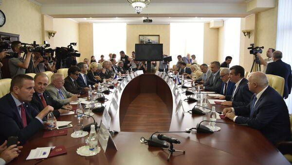 Делегаты парламента Франции на встрече с главой Республики Крым Сергеем Аксеновым