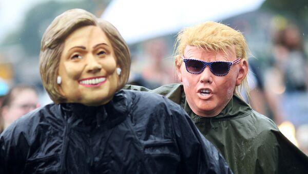 Протестующие в масках Хиллари Клинтон и Дональда Трампа. 30 июля 2016