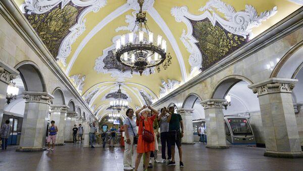 Туристы на станции Комсомольская кольцевой линии Московского метрополитена.