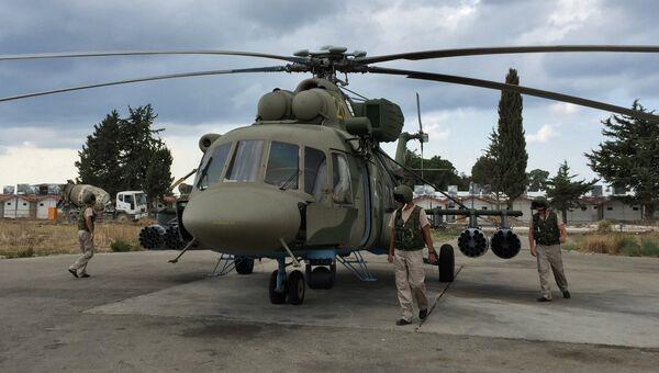 Летчики у российского вертолета МИ-8АМШТ на аэродроме Хмеймим в Сирии. Архивное фото
