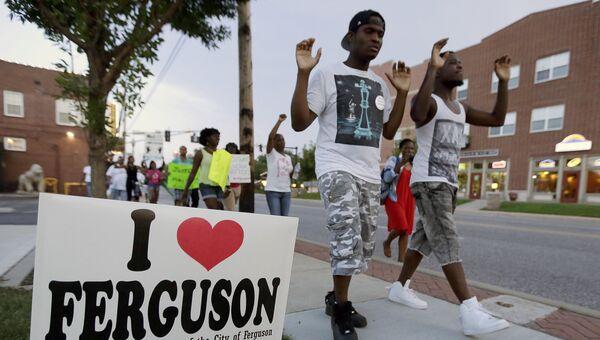 Люди на акции протеста в Сент-Луисе. 20 августа 2014