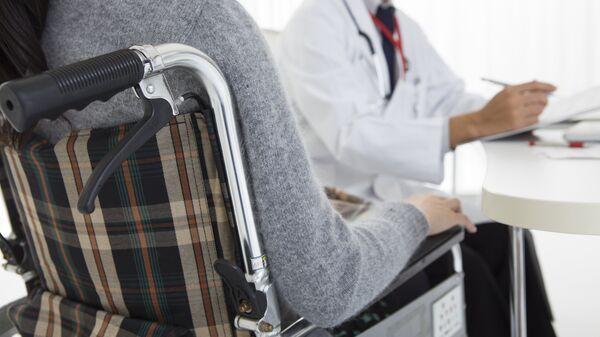 Пациент в коляске на приеме у врача