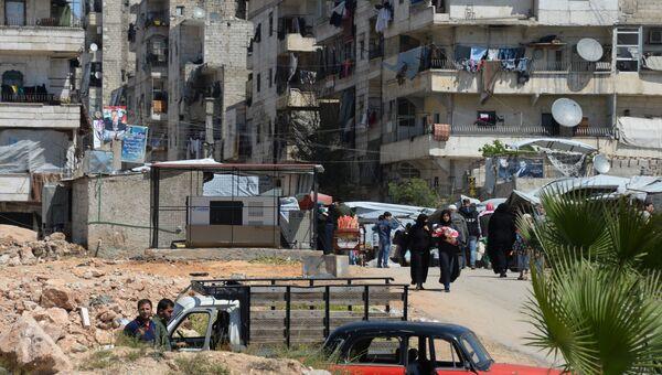 Местные жители продолжают жить в разрушенных домах в Алеппо. Сирия. Архивное фото