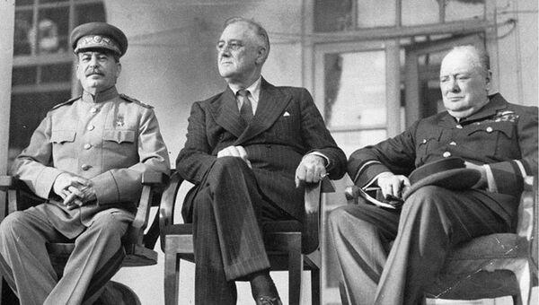 Иосиф Сталин, Франклин Рузвельт и Уинстон Черчилль во время Тегеранской конференции. 1943 год