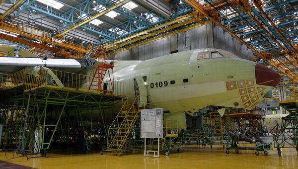 Сборка самолета ИЛ-76МД-90А в цехе окончательной сборки на Ульяновском авиационном заводе Авиастар-СП. Архивное фото