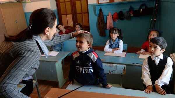 Учительница начальной школы в Дагестане во время урока
