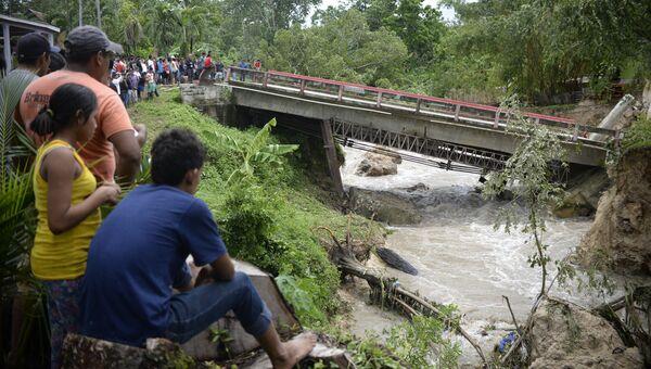 Разрушенный в результате урагана Эрл мост в Гватемале