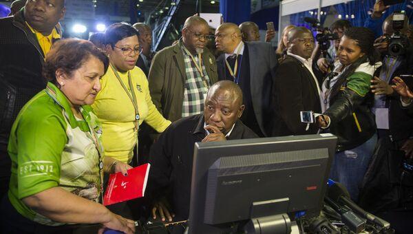 Члены правящей в ЮАР партии Африканский национальный конгресс обсуждают результаты муниципальных выборов. 5 августа 2016