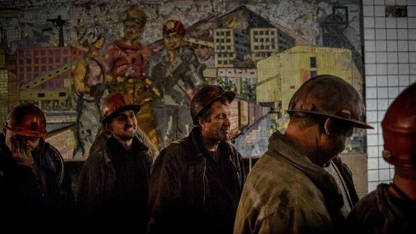 Шахтеры после смены на шахте имени Челюскинцев в Донецке