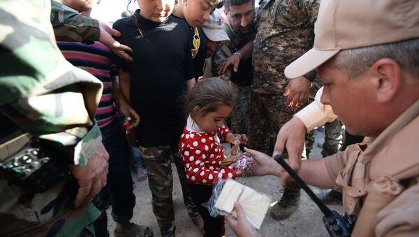 Раздача российской гуманитарной помощи жителям  в Сирии. Архивное фото