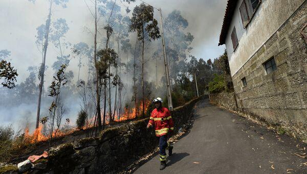Пожарный на тушении лесных пожаров рядом с Барселуш