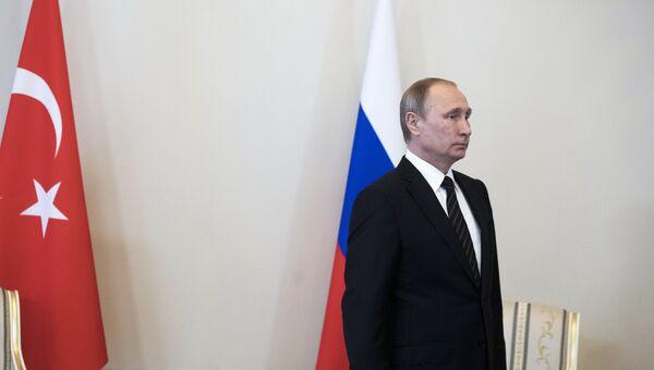 Президент России Владимир Путин перед началом встречи с президентом Турции Реджепом Тайипом Эрдоганом в Санкт-Петербурге. 9 августа 2016