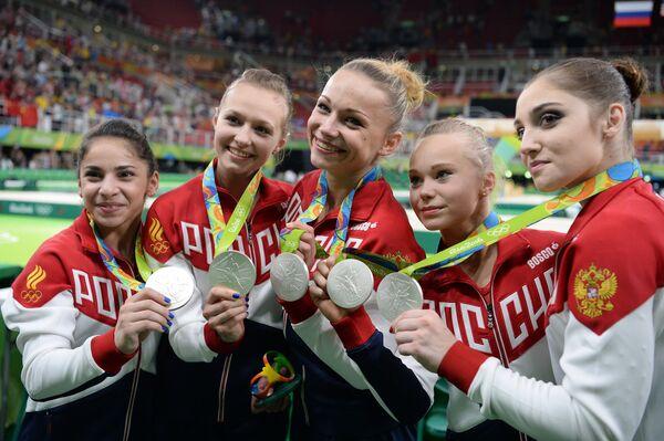 Спортсменки сборной России, завоевавшие серебряные медали в командном многоборье среди женщин на соревнованиях по спортивной гимнастике на XXXI летних Олимпийских играх